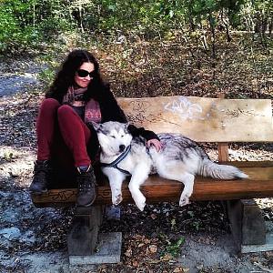 Elisa mit ihrer Hündin auf einer Bank