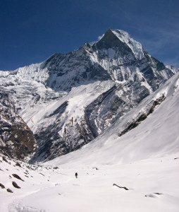 Blick auf einen Gipfel, davor ein Schneefeld