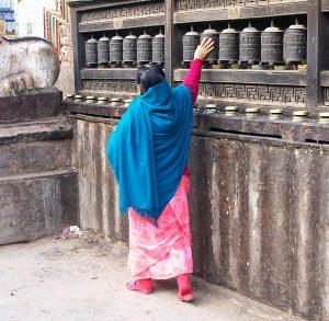 Frau an Gebetstrommeln